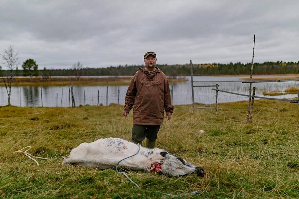 Janne Utriainen päätti nylkeä mullin pihalla. Taustalla siintää Turvejärvi, josta luontaistalouden elonkehää elävä perhe kalastaa siiat ja ahvenet.