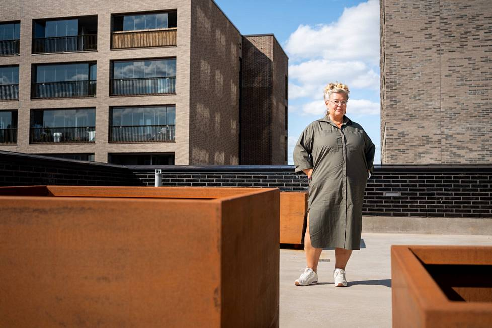 Kirjailija, käsikirjoittaja ja suomentaja Sari Luhtanen Suomen kotinsa kattoterassilla Jätkäsaaressa
