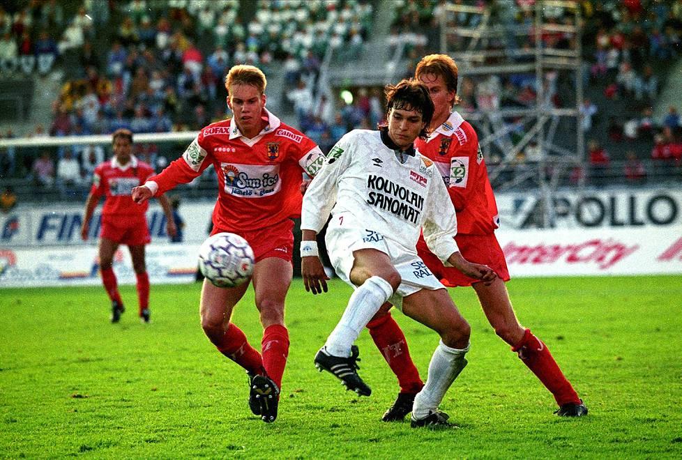 Vuonna 1992 Jari Litmanen edusti Myllykosken Palloa ja ehti voittaa heinäkuussa Suomen cupin. Loppuottelussa vastassa oli Jaro. Kuvassa Jaron pelaajista ovat Pasi Oksanen ja Marko Sorvisto.