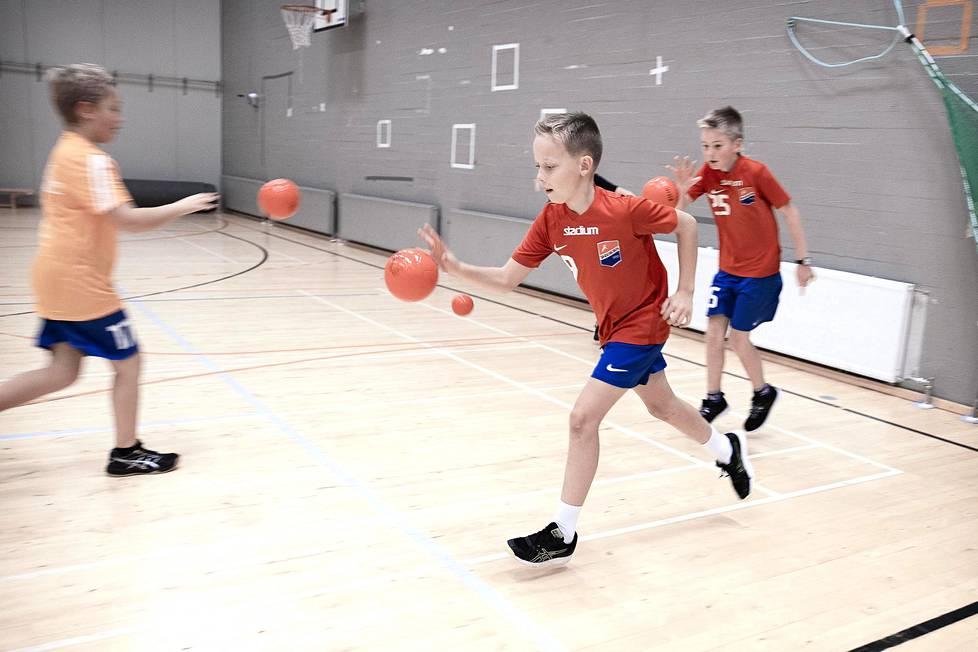 Handbollen har gett Elias Vedenkannas en ny hobby och en chans att lära sig både svenska och lite om den finlandssvenska kulturen.