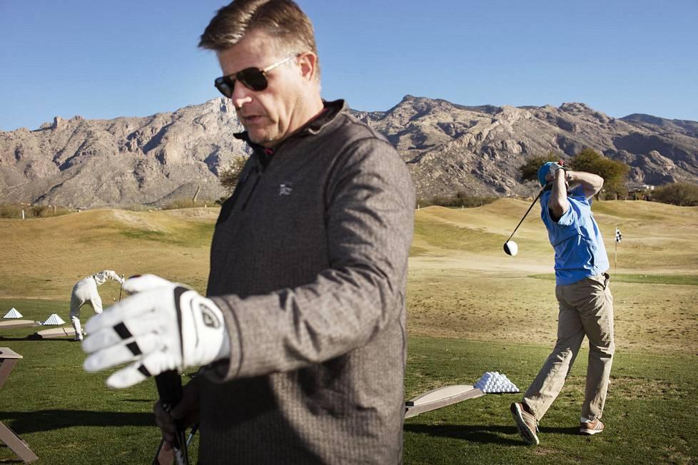 Juha Herranen (vas.) ja Timo Saarelainen pelasivat golfia La Paloman kentällä Arizonassa ja puhuivat samalla politiikkaa.
