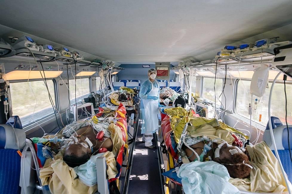 Covid-19-potilaita kuljetettiin viime vuoden huhtikuussa junalla Pariisin alueelta muualle Ranskaan, missä sairaaloissa oli tilaa. Yleiset uutiskuvasarjat, 3. palkinto.