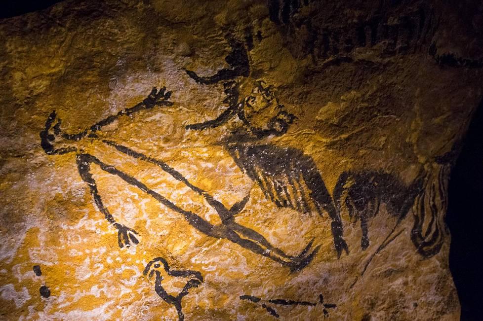 Bataille kirjoitti luolamaalauksista, jotka löydettiin Lascaux'ista Etelä-Ranskasta. Bataille näkee maalauksissa ilmaisun uskonnon ja taiteen yhteisestä alkuperästä.
