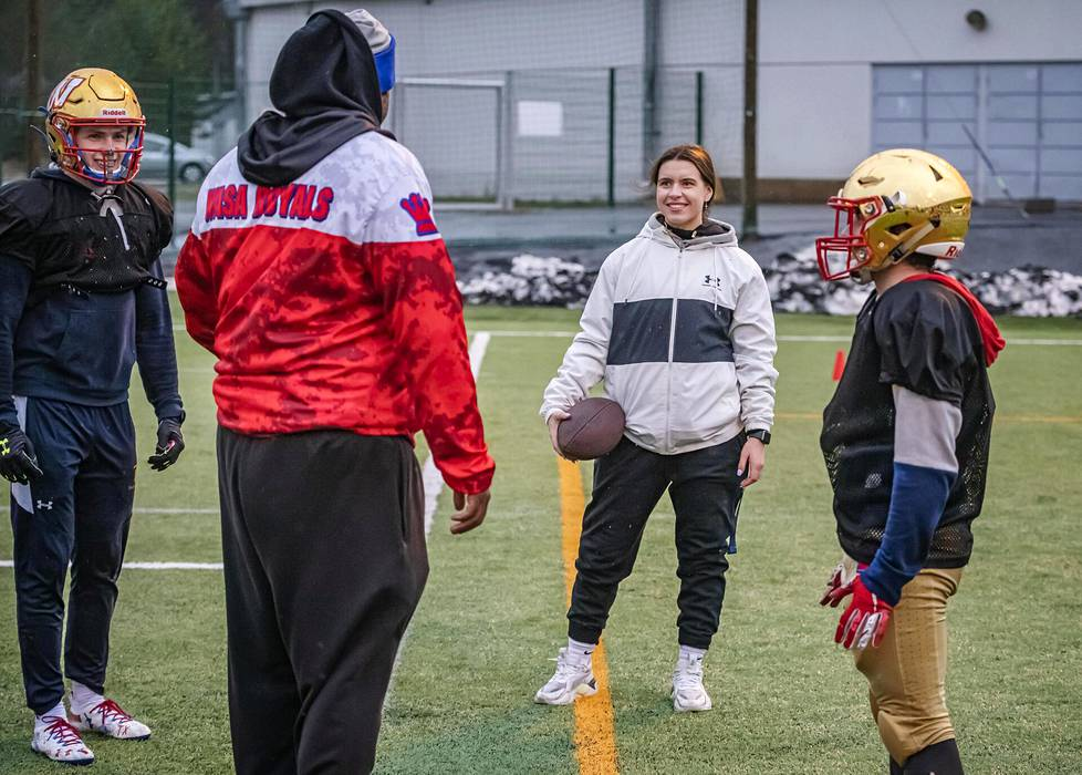 Nana Olavuo uskoo oppivansa paljon Wasa Royalsin päävalmentajana toimivalta John Bookerilta (selin). Pelaajista kuvassa ovat Peter Lundström (vas.) ja Jarkko Savolainen.