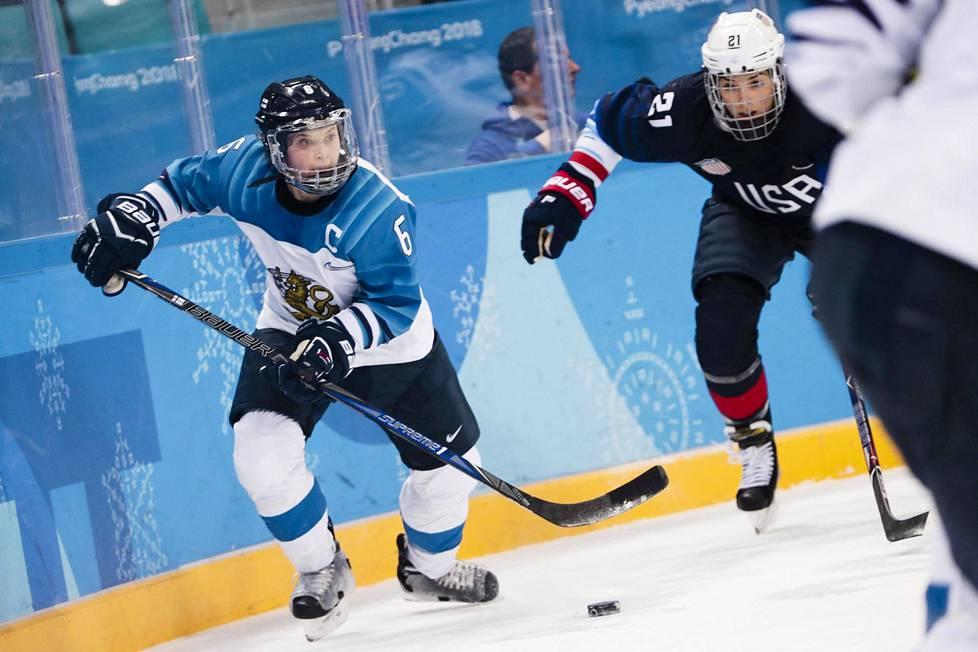 Jenni Hiirikoski kuuluu maailman parhaiden puolustajien joukkoon. Naisleijonien kapteeni kohtasi Pyeongchangin talviolympialaisissa Yhdysvaltojen Hilary Knightin.