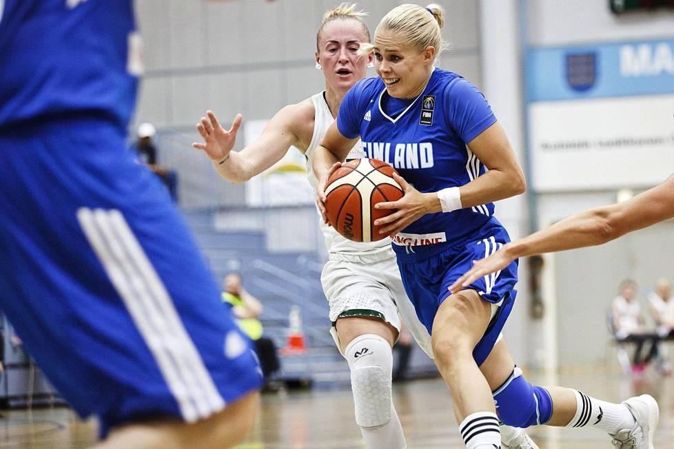 Koripalloilija Vilma Kesänen on hyödyntänyt urheilussa oppimiaan taitoja sittemmin työelämässä. Kuvassa Kesänen ja Liettuan Santa Okockyte maaottelussa elokuussa 2017.