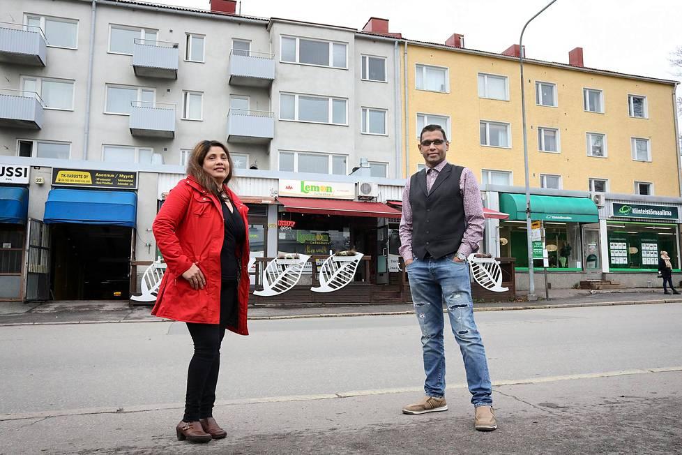 """Bhagya ja Jayantha Rajapakse pyörittivät Lemon-baaria vuosina 2001–2018, mutta päätyivät myymään sen hieman yli kolme kuukautta sitten. """"Se oli sellainen likainen ja pieni"""", Bhagya Rajapakse kuvailee ravintolan olleen silloin, kun he ostivat sen."""