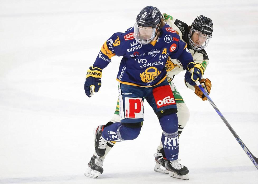 Lukon Robin Press ja Ilveksen Matias Myttynen liigakamppailussa maaliskuussa Tampereella.