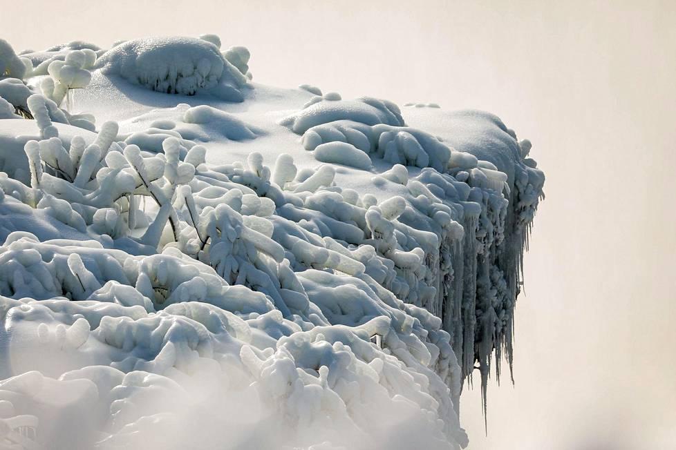 Niagaran putoukset muodostuvat kolmesta putouksesta. Kuva on niistä suurimman, Horseshoe Fallsin, reunalta.