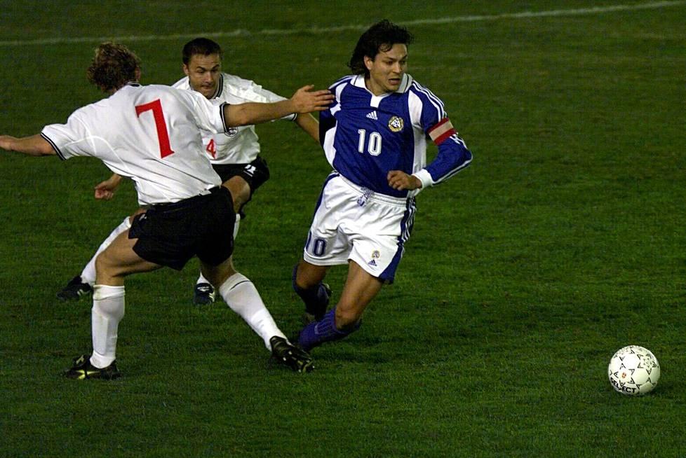 Suomi ja Englanti kohtasivat MM-karsintaottelussa Olympiastadionilla lokakuussa 2000. Kuvassa Ray Parlour, Dennis Wise ja Jari Litmanen. Ottelu päättyi maalittomaan tasapeliin.