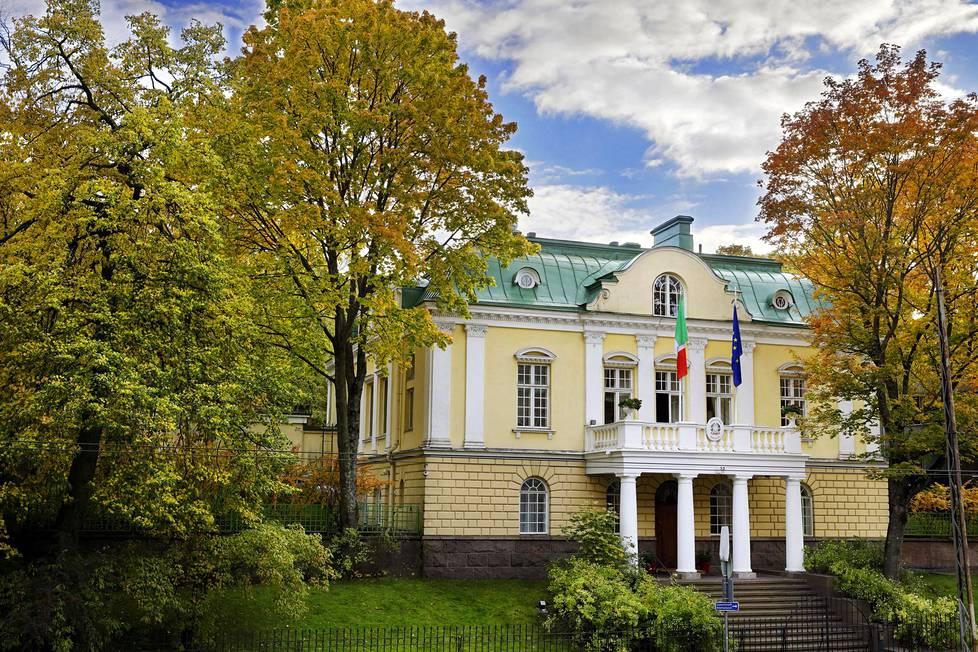 Tehtaankadulla sijaitsevan keltaisen huvilan, Villa Hjeltin, katon lennokkaissa muodoissa on nähty barokin ihanteita ja Tukholman Raatihuoneen katon vaikutteita. Italian suurlähettilään residenssi on sijainnut siinä vuodesta 1925.