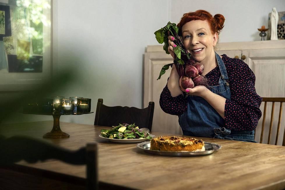 Jenni Kokanderin mielestä syksyssä parasta ovat punajuuret. Siksi nyt leivotaankin punajuuripiirakkaa.