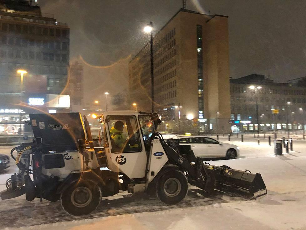 Asema-aukiota aurattiin yöllä sataneesta lumesta puoli seitsemältä, kun varsinainen lumipyry oli vasta alkamassa.