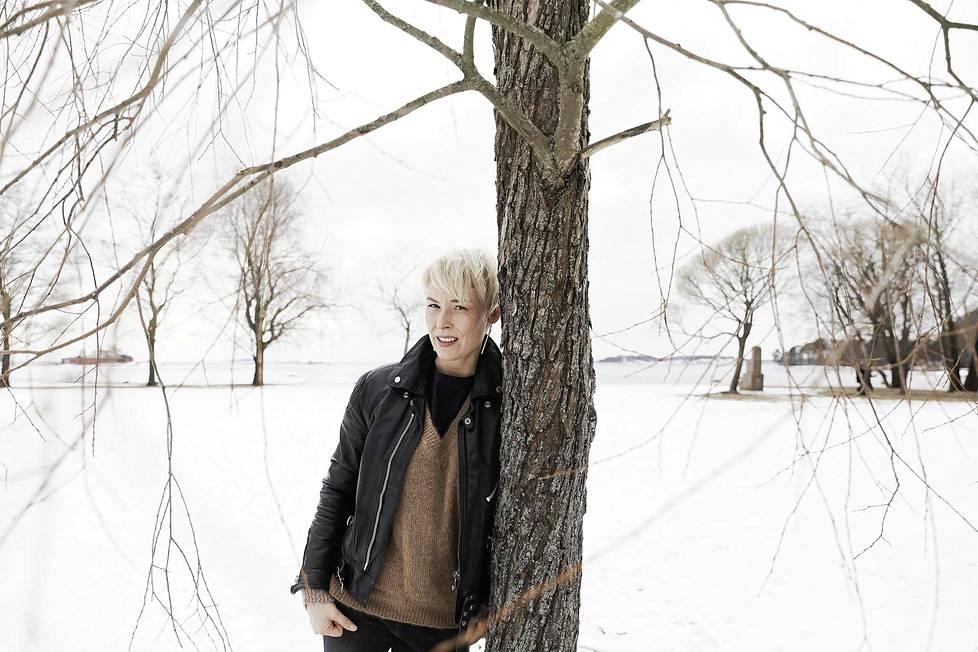 Kirjailija Laura Lindstedt Lauttasaaressa viime maaliskuussa.