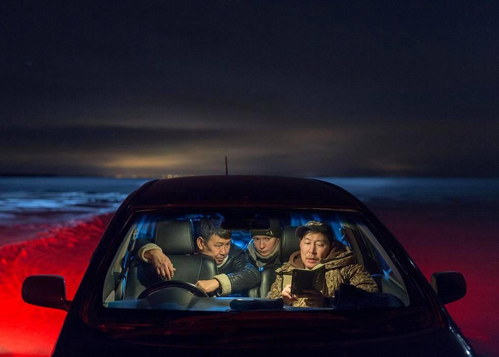 Elokuvaohjaaja Stepan Burnashev (oik.) harjoittelee näyttelijöiden kanssa autossa. Ajankohtaiset kuvasarjat, 1. palkinto.