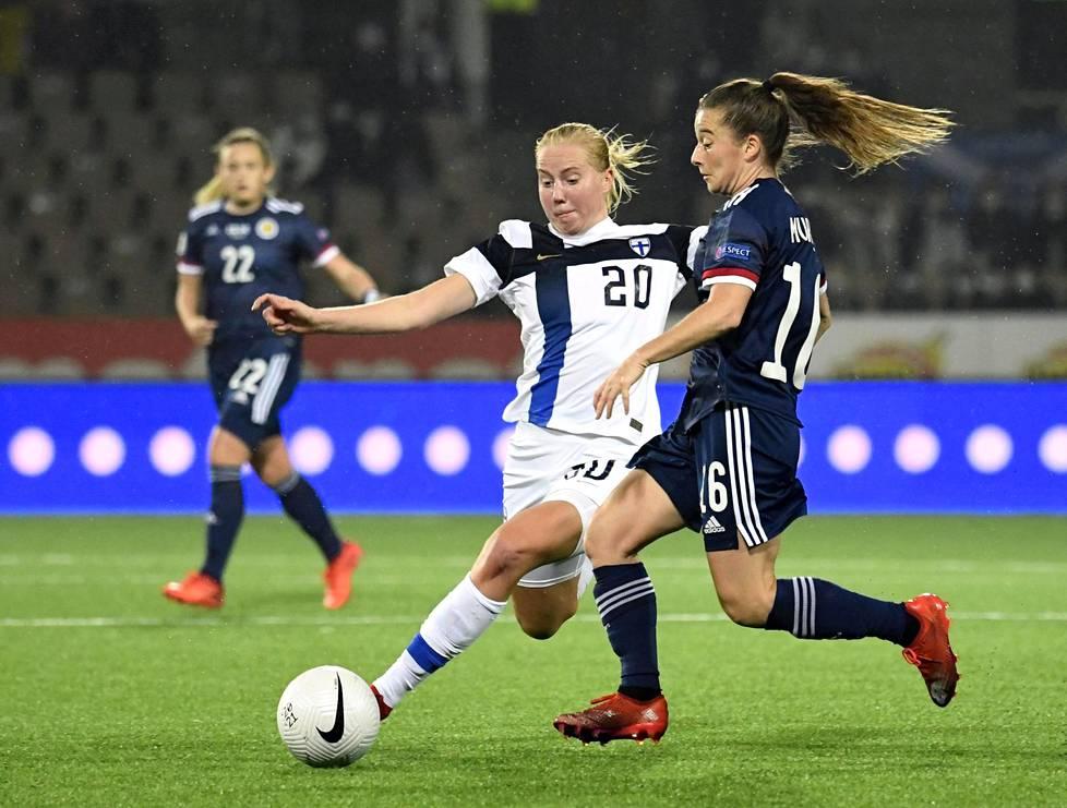 Eveliina Summanen, 22, kamppaili pallosta Skotlannin Christie Murrayn kanssa lokakuussa pelatussa karsintaottelussa