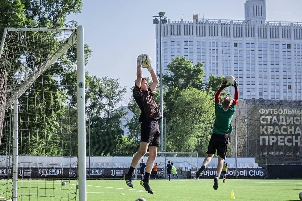 Maalivahti Anton Kinnunen (vas.) harjoituksissa Krasnaja Presnjan kentällä Moskovan keskustassa.