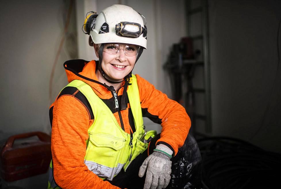 Kirsi Kainulainen rahoittaa kilpailua työskentelemällä rakennuksilla.
