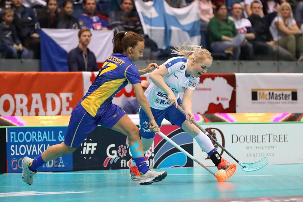 Suomen Eliisa Alanko ja Ruotsin Cornelia Fjellstedt taistelivat pallosta naisten salibandyn MM-kilpailujen finaaliottelussa Bratislavassa.