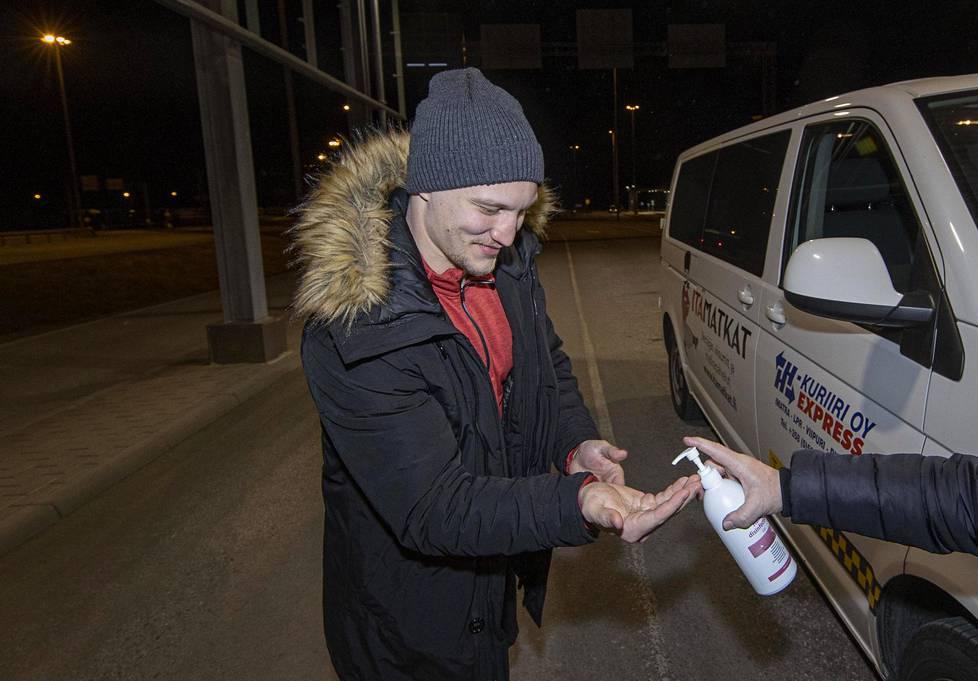 Teemu Pulkkinen sai käsidesiä levitettäväksi Nuijamaan raja-asemalla viime viikolla, kun hän palasi autokyydillä Moskovasta kotiin.