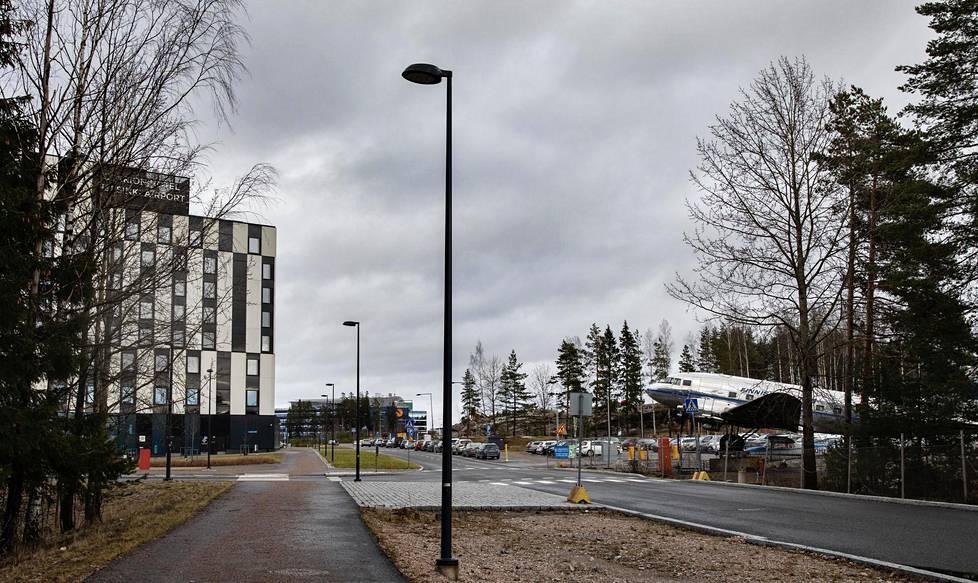 Hotelli Clarion seisoo tällä hetkellä ylhäisessä yksinäisyydessään. Sen kylkeen on kuitenkin suunnitteilla mittavaa rakentamista. Ilmailumuseo on siirtymässä pois hotellin läheisyydestä. Vantaa on ehdottanut museolle kahta eri tonttivaihtoehtoa Aviapoliksen alueella.