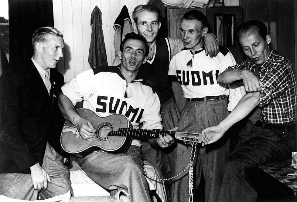 Tapio Rautavaara viihdytti kisajoukkuetta Lontoon 1948 olympialaisissa maajoukkueen klassikkoasussa.