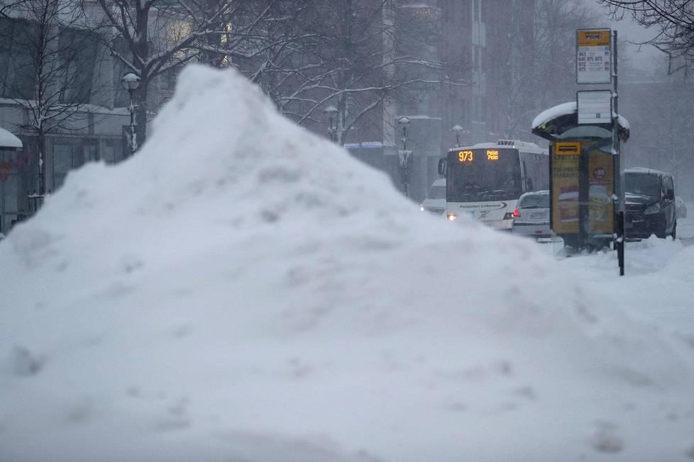 Keravan keskustassa kaduilta auratun lumen kasat alkoivat kasvaa.