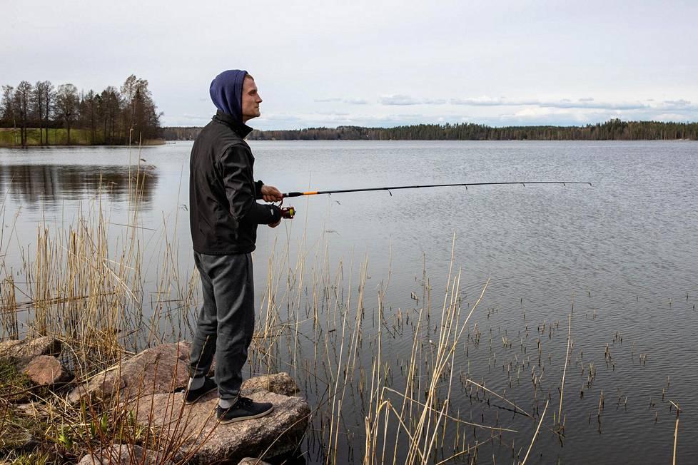 Martin Haug heitteli sunnuntaina uistinta Rusutjärven rannassa Tuusulassa.