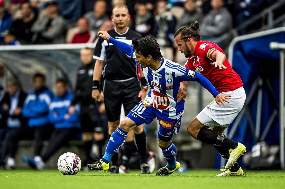 HJK:ssa vuosina 2015–2017 ihastuttanut Atomu Tanaka (vas.) palaa täksi kaudeksi sinivalkoraitoihin ja Stadin derbyihin HIFK:ta ja Jukka Halmetta vastaan. Kuva heinäkuun 2015 paikalliskamppailusta.