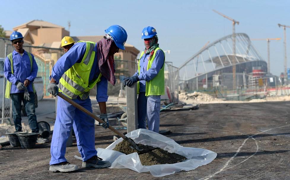 Intiasta ja Bangladeshista kotoisin olevat työntekijät tekivät töitä Khalifan  stadionin lähellä Dohassa tammikuussa 2017.