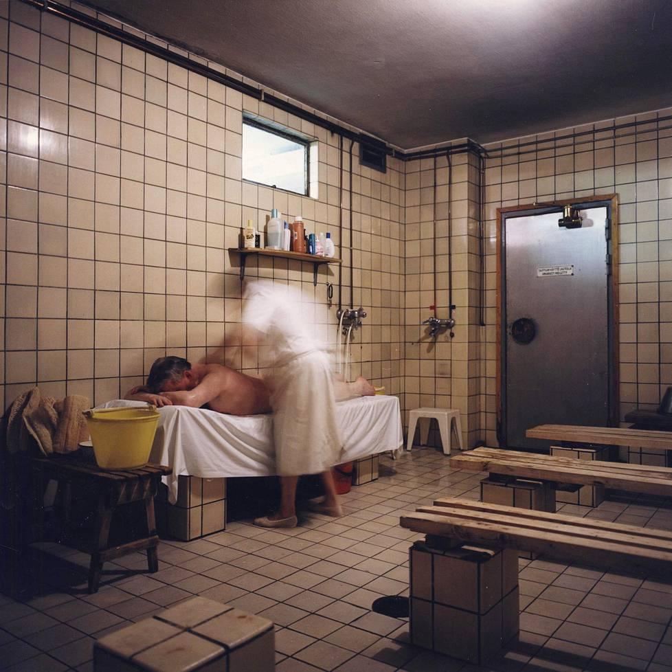 Pesijä työssään Arlan saunalla.