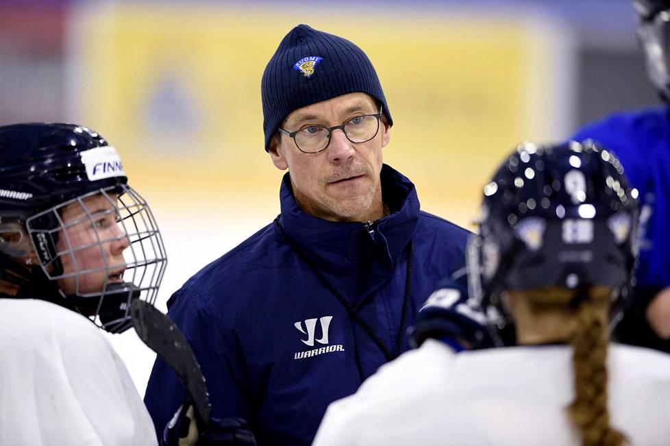 Naisleijonien päävalmentaja Pasi Mustonen vaatii Pekingin olympialaisiin haluavia pelaajiaan harjoittelemaan poikien kanssa.