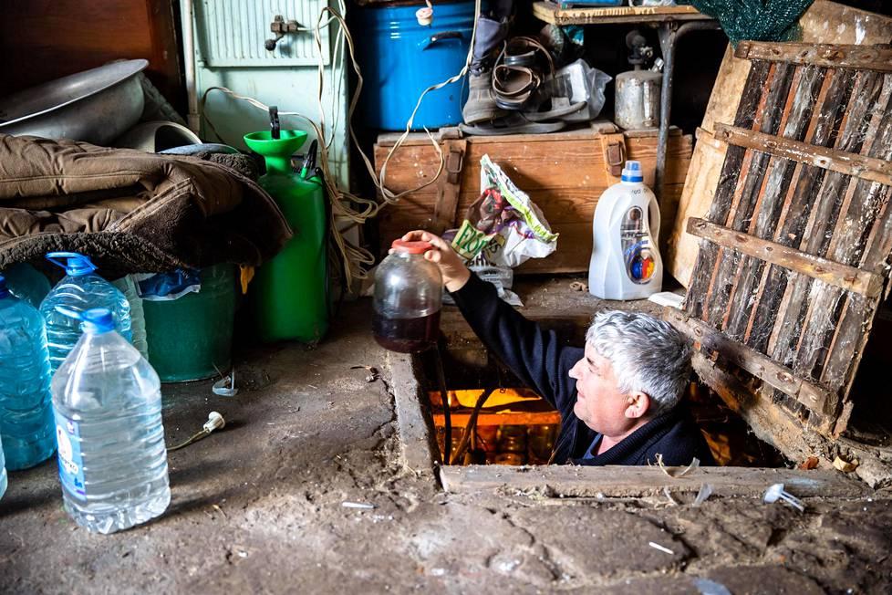 Puhdasveriseksi kreikkalaiseksi itsensä lukeva Hristofor Tanadi nostaa kellaristaan viiniä. Mariupolin ympäristössä asuu merkittävä kreikkalaisvähemmistö.