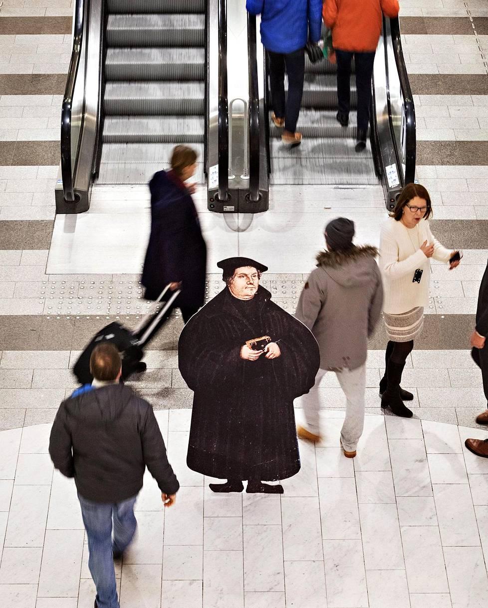 Veimme pahvisen Lutherin Helsingin keskustaan tapaamaan ihmisiä. Uskonpuhdistuksen alkamisesta on 500 vuotta.