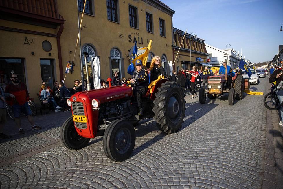 Traktorit osallistuivat Lukon kultajuhliin Raumalla