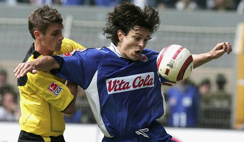Kevään 2005 Jari Litmanen pelasi Saksan liigaa Hansa Rostockin paidassa. Vasemmalla Dortmundin Sebastian Kehl.