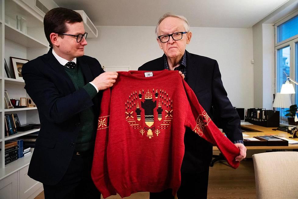 Päätoimittaja Kaius Niemi vei presidentti Martti Ahtisaarelle lahjaksi villapaidan, joka muistuttaa sotien kauhuista.