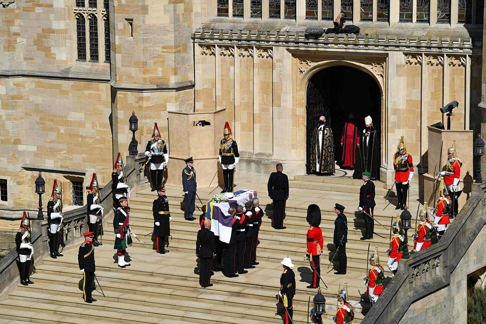 Kuninkaallisen merijalkaväen sotilaat kantoivat prinssi Philipin arkun Pyhän Yrjön katedraaliin. Arkunkantajat pysähtyivät katedraalin portaille hiljaisen hetken ajaksi.