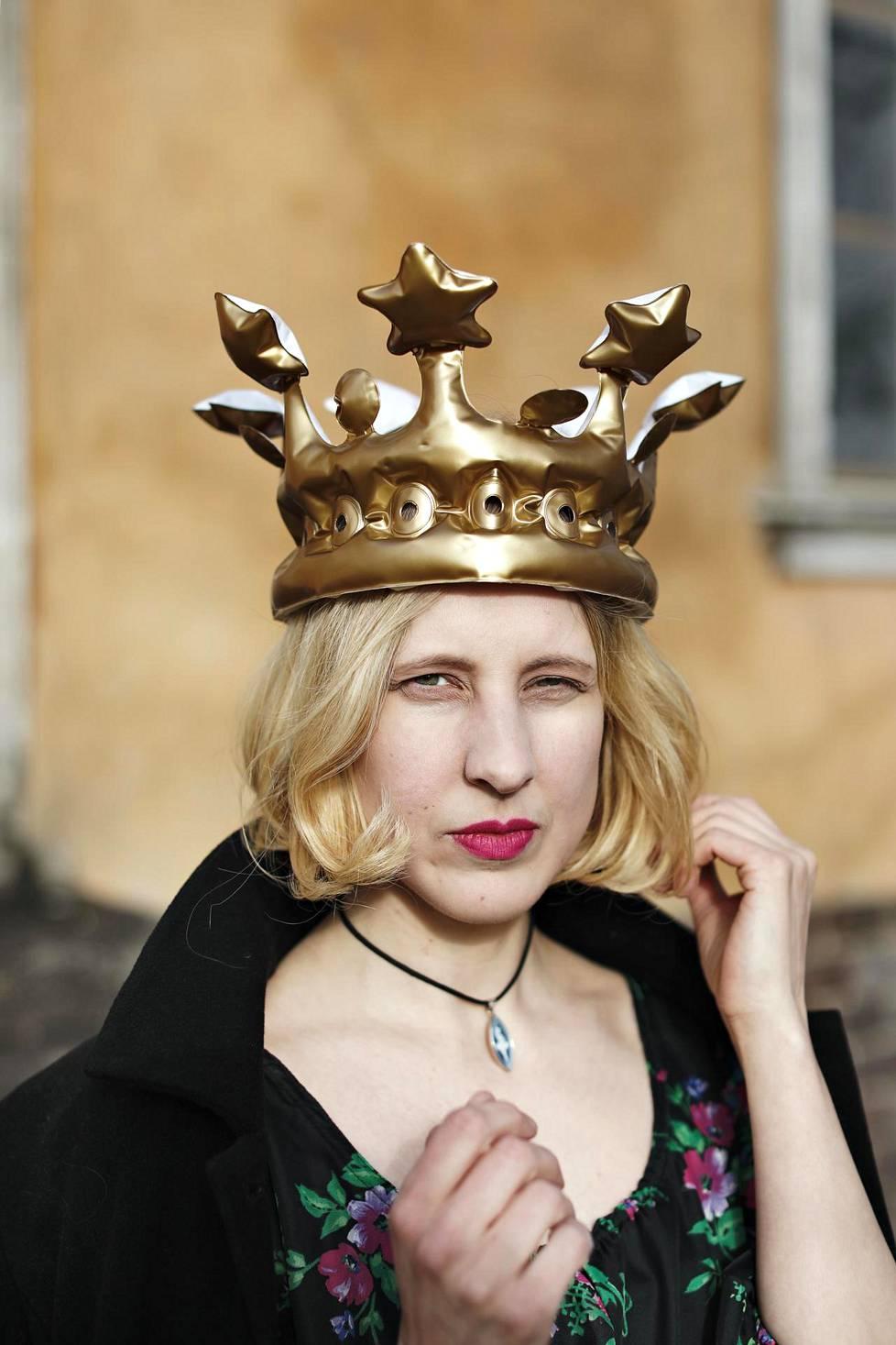 Anu Kaajaa kiinnostavat kuninkaalliset ja heidän palvojansa. Siksi hän veti epäröimättä muovikruunun päähänsä kuvaustilanteessa.