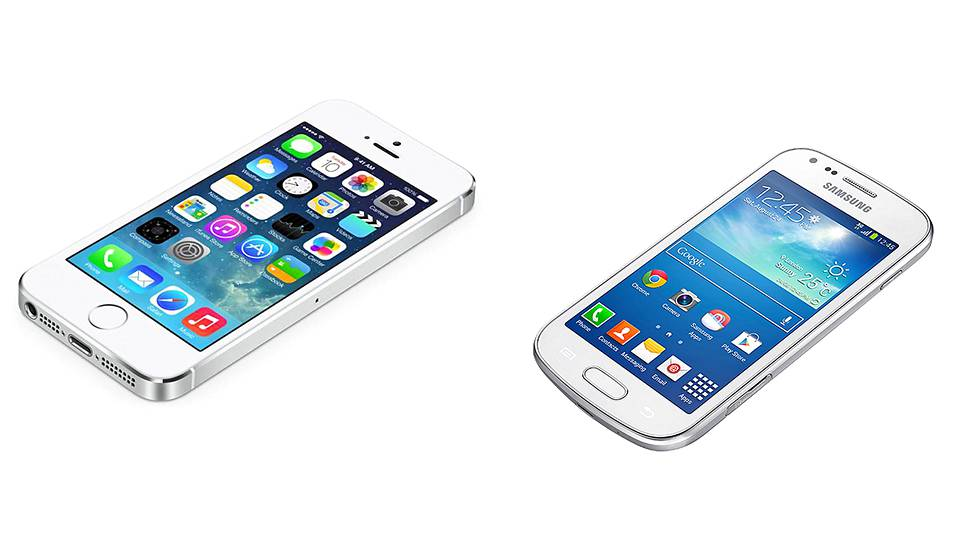 Samsung Galaxy Trend Plus (oik) ja Apple iPhone 5S puhelimet.