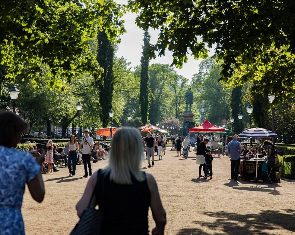 Esplanadin puistossa oli paljon väkeä jo alkuillasta.