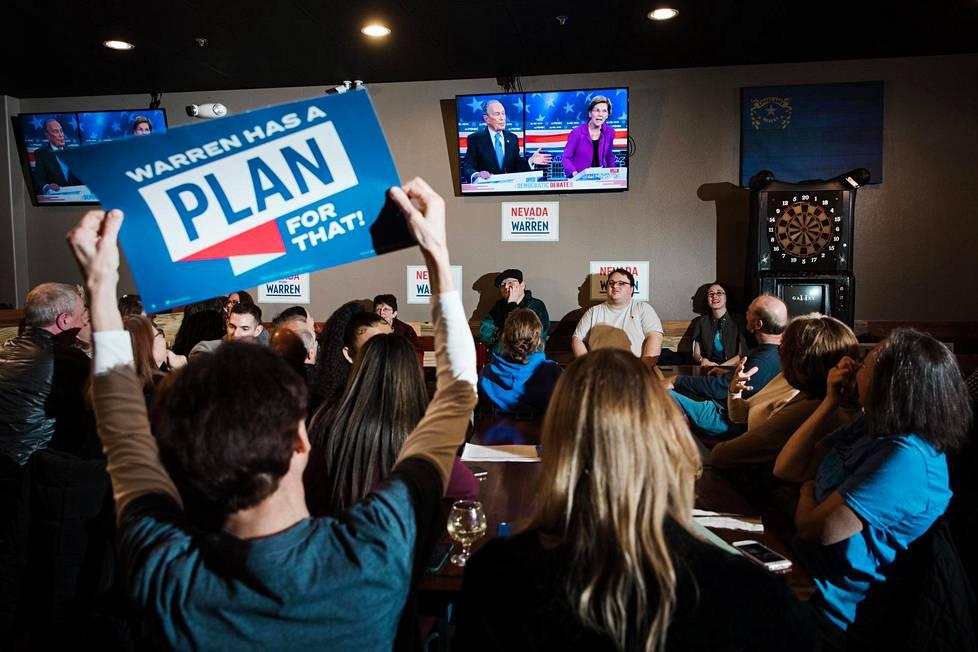 Elizabeth Warrenin kannattajat hurrasivat Del Real ravintolassa Renossa keskiviikkona, kun heidän ehdokkaansa antoi Michael Bloombergin kuulla kunniansa.