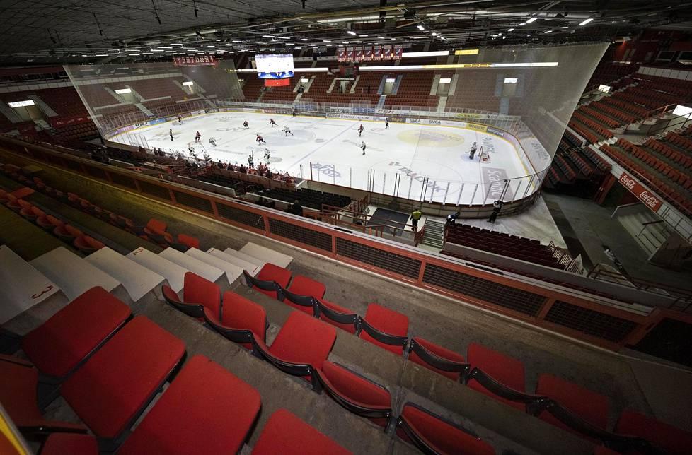 Tästä se oikeastaan alkoi. HIFK ja JYP pelasivat lähes tyhjässä hallissa 12. maaliskuuta.