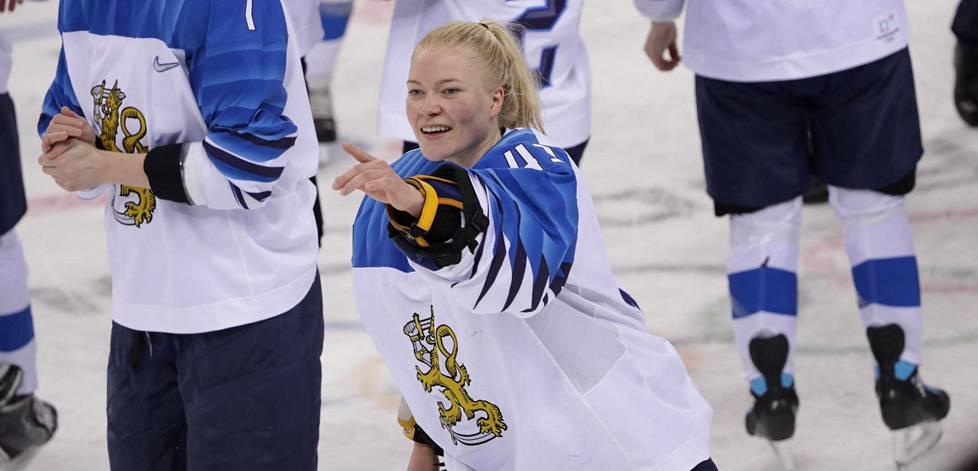 Suomen jääkiekkonaiset juhlivat olympiapronssia Pyeongchangin olympialaisissa viime talvena. Kuvassa malivahti Noora Räty.