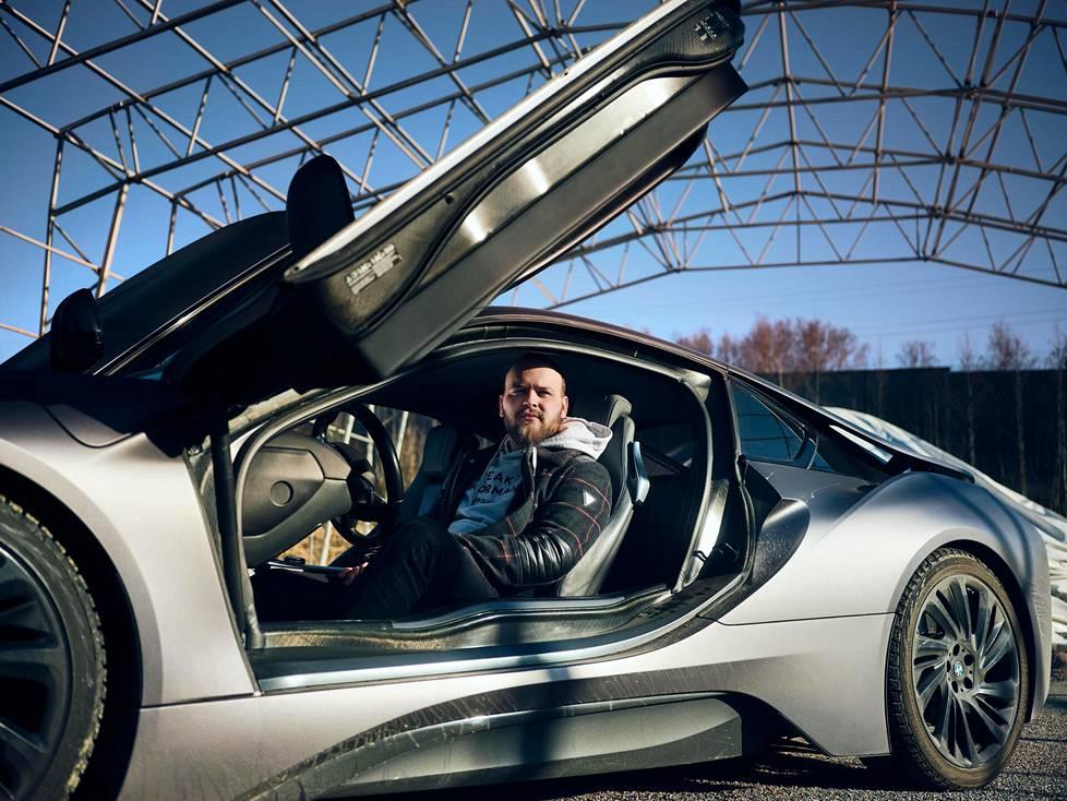 Behar Peci ajaa satiinin harmaaksi teipattua i8-mallista BMW:tä.
