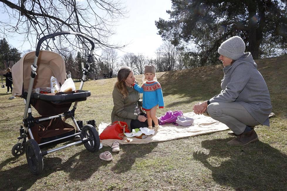 Varpu Laakkonen tuli miehensä Przemek Plazan ja kaksivuotiaan tyttärensä Inkan kanssa ensimmäistä kertaa Kaivariin.