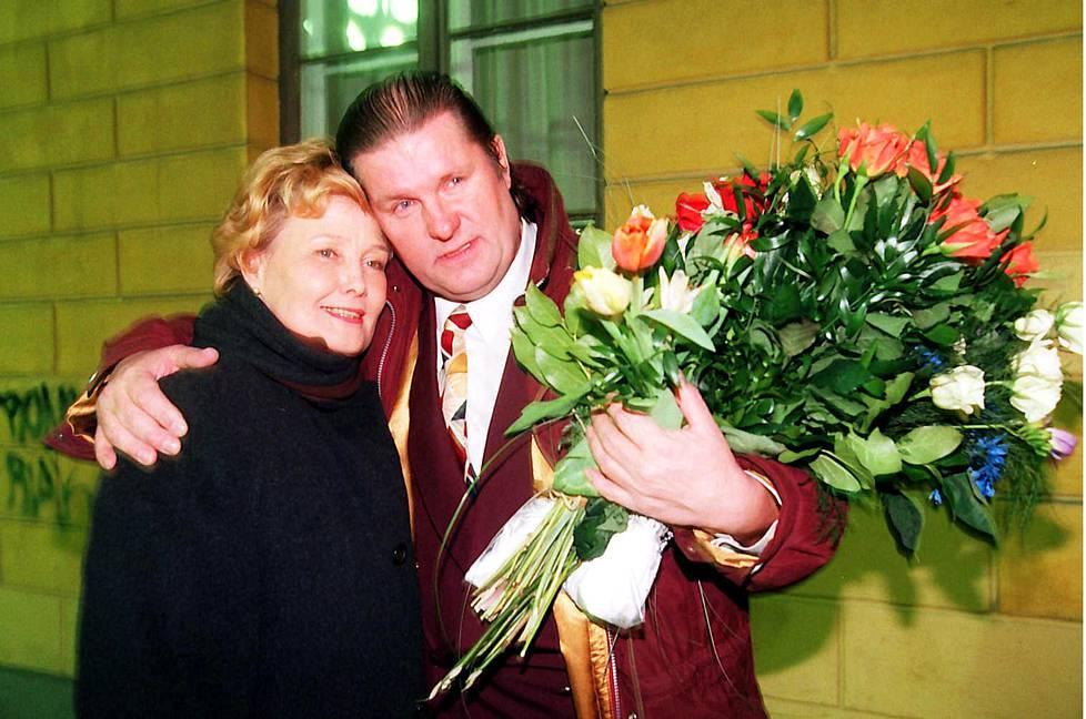 Matti Siitonen onnitteli vaimoaan Eva-Riittaa voittoisan kaupunginjohtajavaalin jälkeen maaliskuussa 1996.