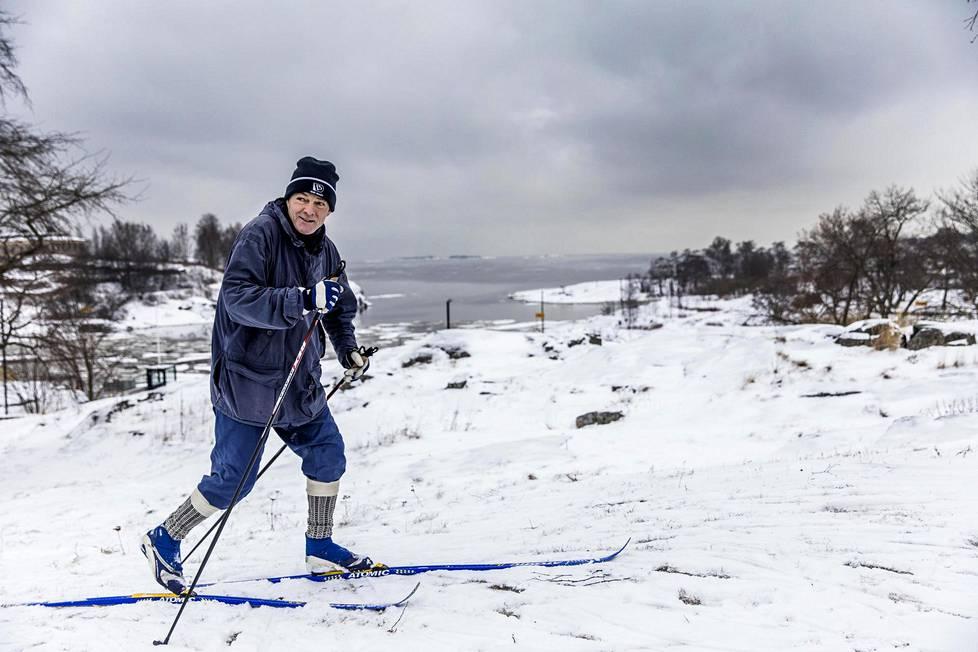 Tapio Lehtinen käy hiihtämässä aina, kun se on Helsingissä mahdollista. Perjantaina hän hiihti Kaivopuistossa.