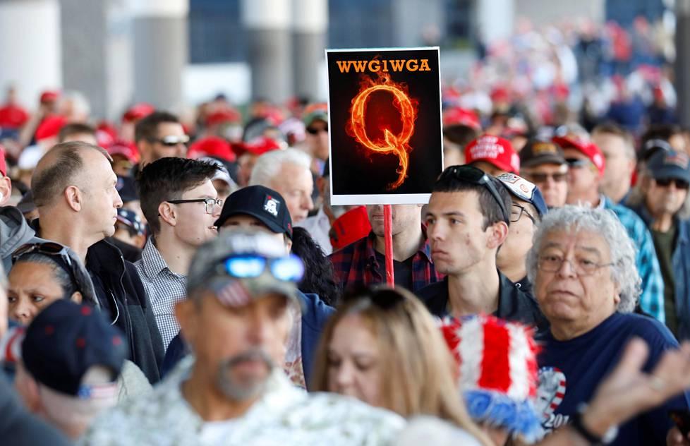 """QAnon-kannattaja Donald Trumpin kampanjatilaisuudessa Las Vegasissa helmikuussa. Kirjainyhdistelmä tarkoittaa """"mihin me menemme yhtenä, sinne menemme me kaikki""""."""