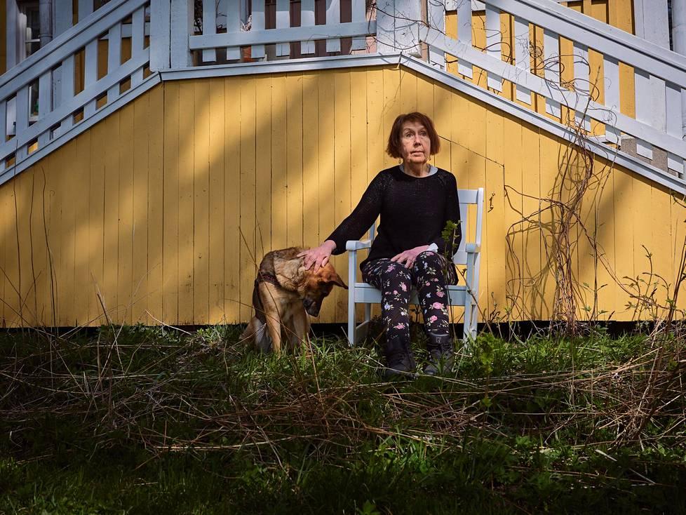 Nala-koira haluaa koko ajan olla siellä missä emäntäkin. Me olemme kaikki riippuvaisia toisistamme, ja se on hyvä asia, Marja-Liisa Honkasalo sanoo.